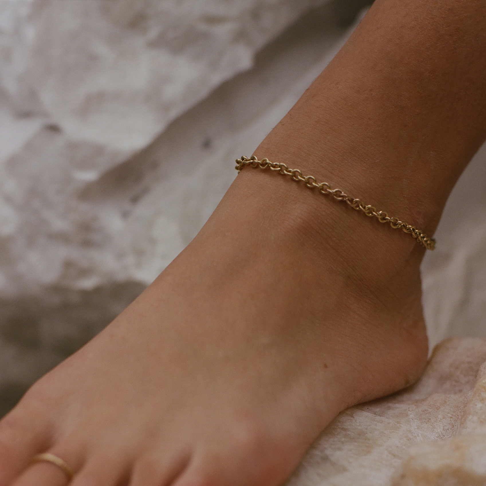 Scattered 18ct Yellow Gold Toe Ring